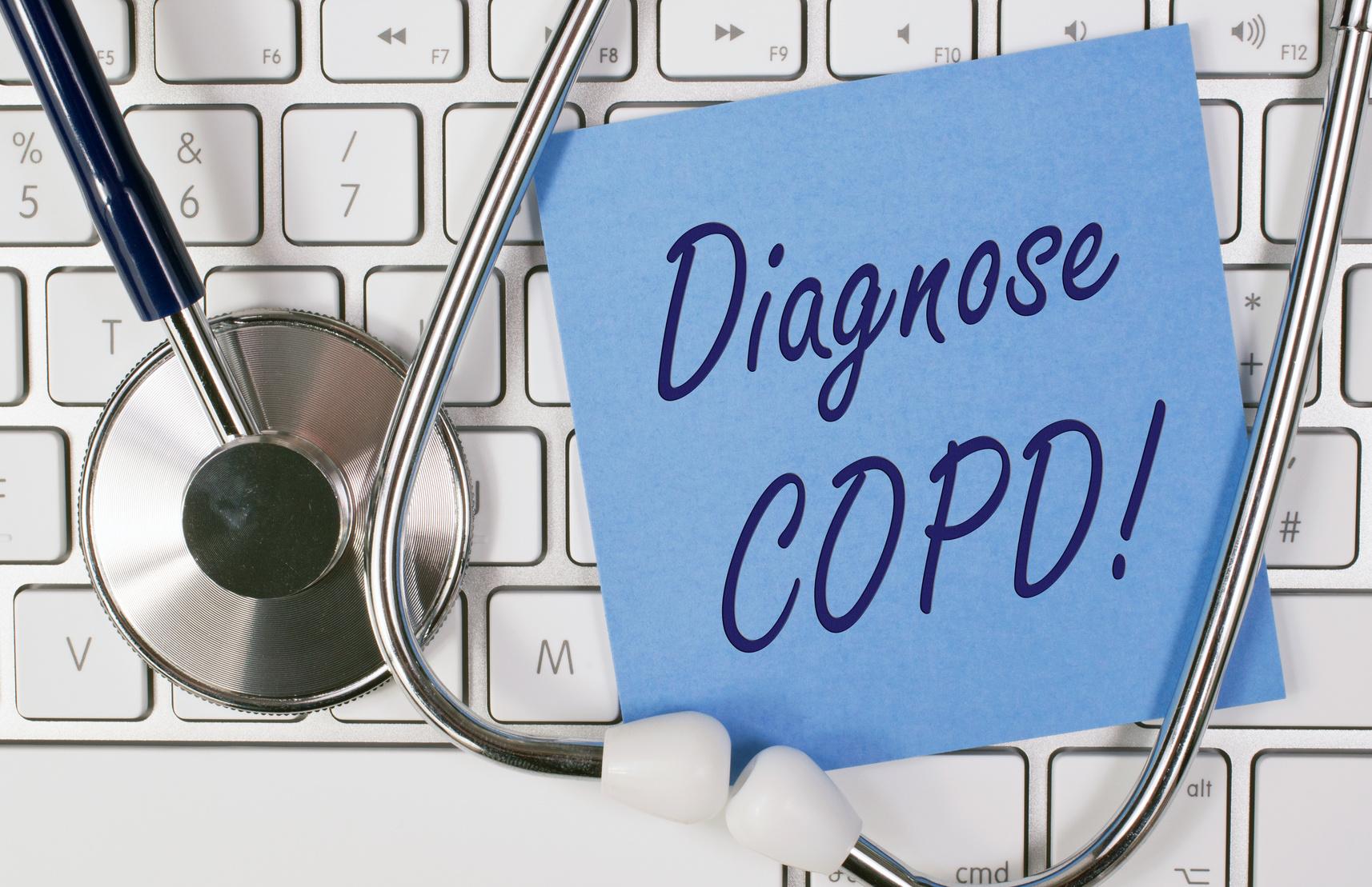 chronische-bronchitis-copd-diagnose-stethoskop-blaue-notiz-weiße-tastatur