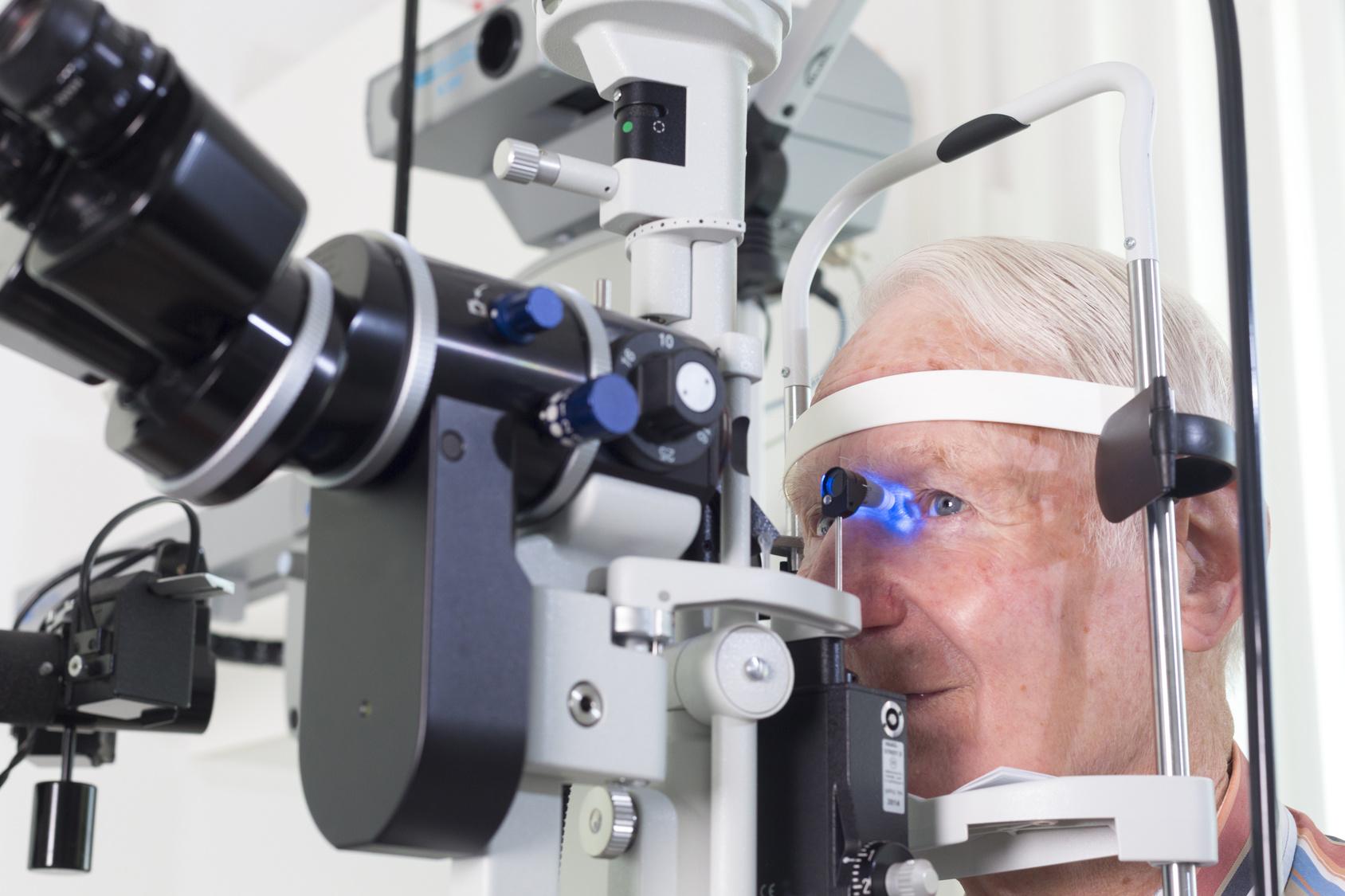 grauer-star-katarakt-untersuchung-senior-augenarzt-optiker-spaltlampe