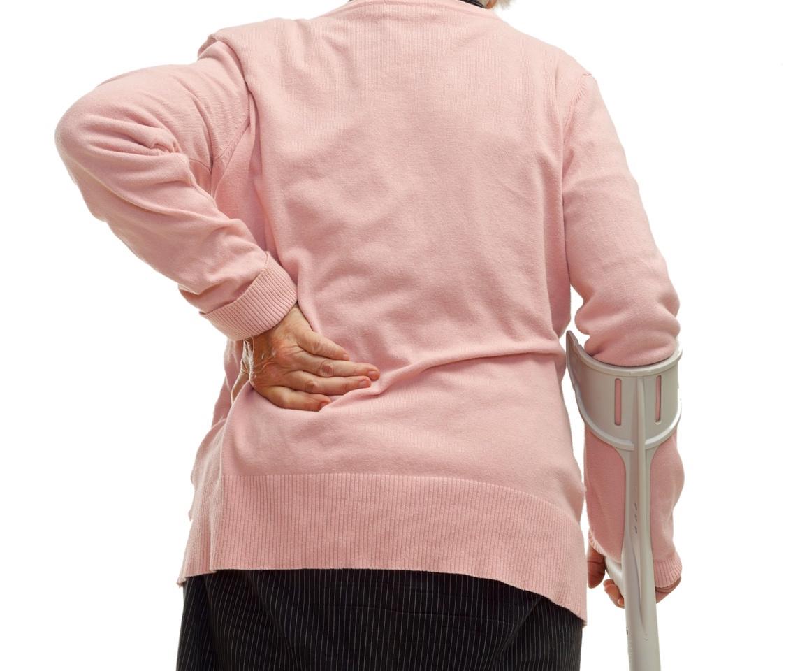 rheuma-seniorin-rueckenschmerzen-wirbelsaeule-pullover-strick-gehstuetze