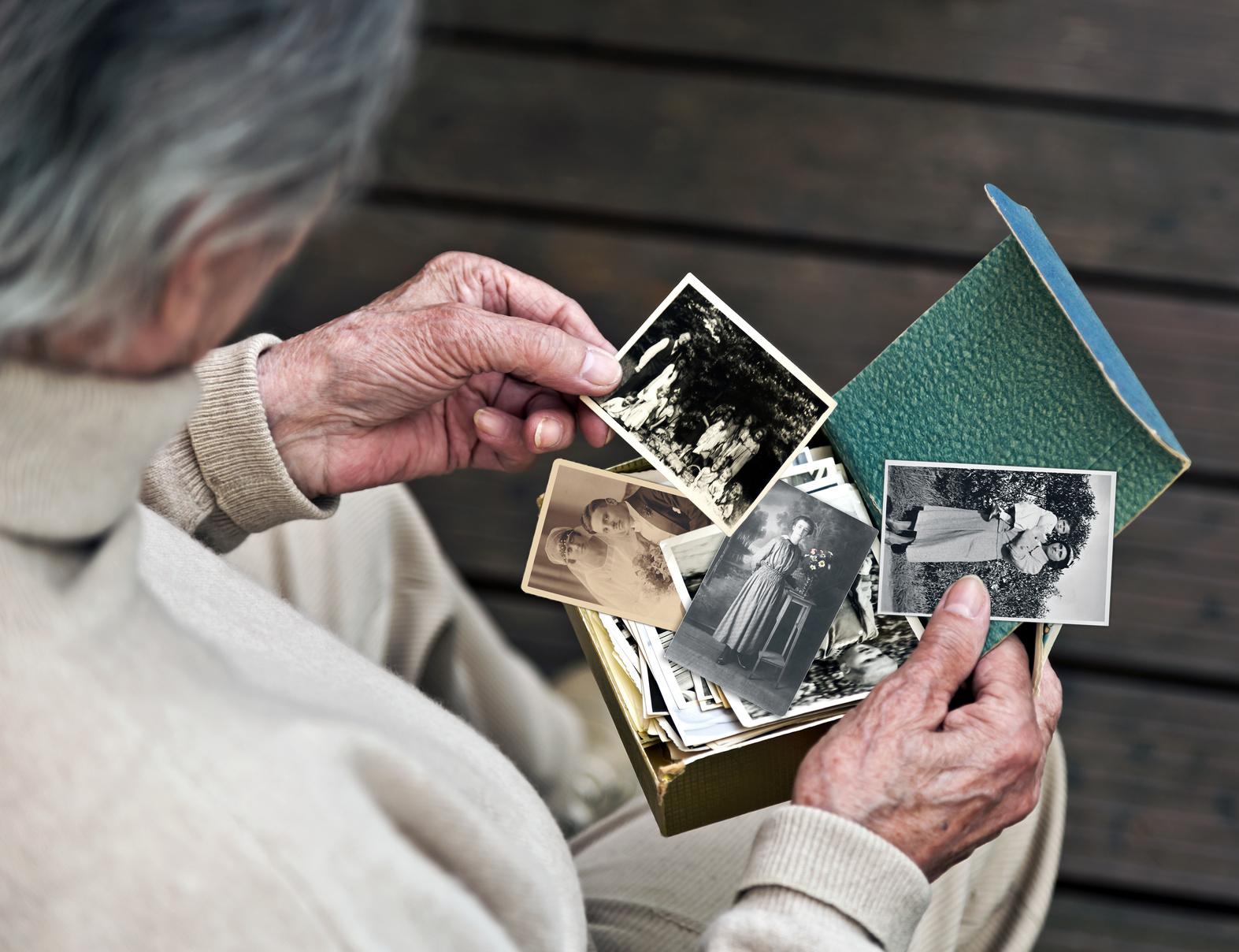 demenz-schwarz-weiss-fotos-fotoalbum-keine-erinnerung-beiger-pullover