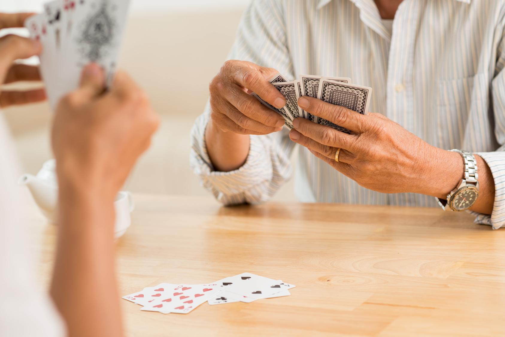freizeitaktivitaet-senioren-karten-spielen-senioren-zu-hause