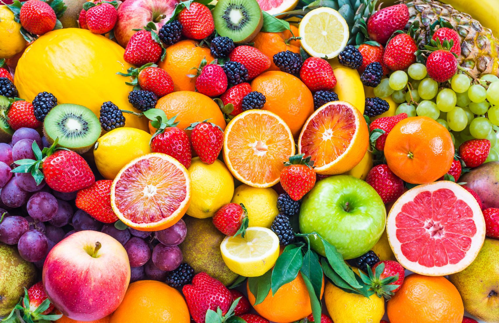 fruechte-erdbeeren-himbeeren-brombeeren-aepfel-grapefruit-zitrone-ananas-honigmelonen-traube-orangen-kiwis-bananen