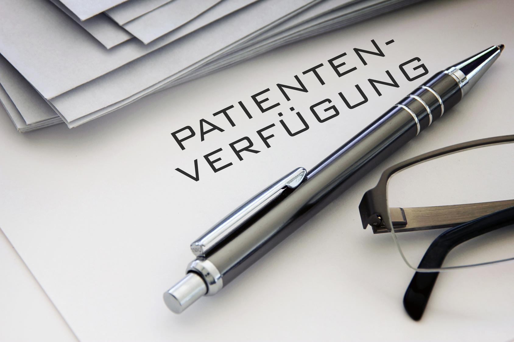 patientenverfuegung-silberner-kugelschreiber-schwarze-lesebrille