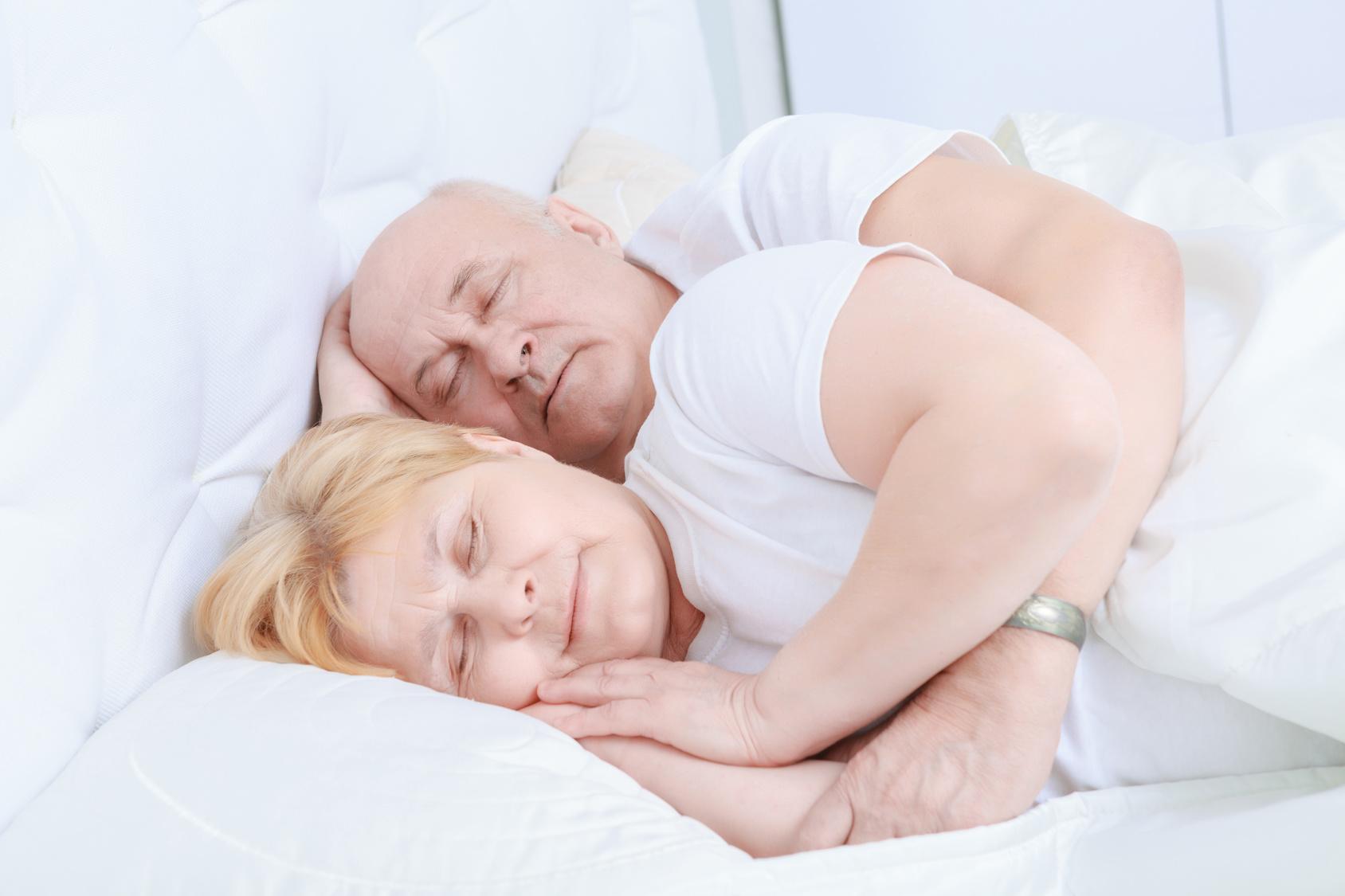 senioren-im-bett-umarmung-loeffelchenstellung-weisse-bettwaesche