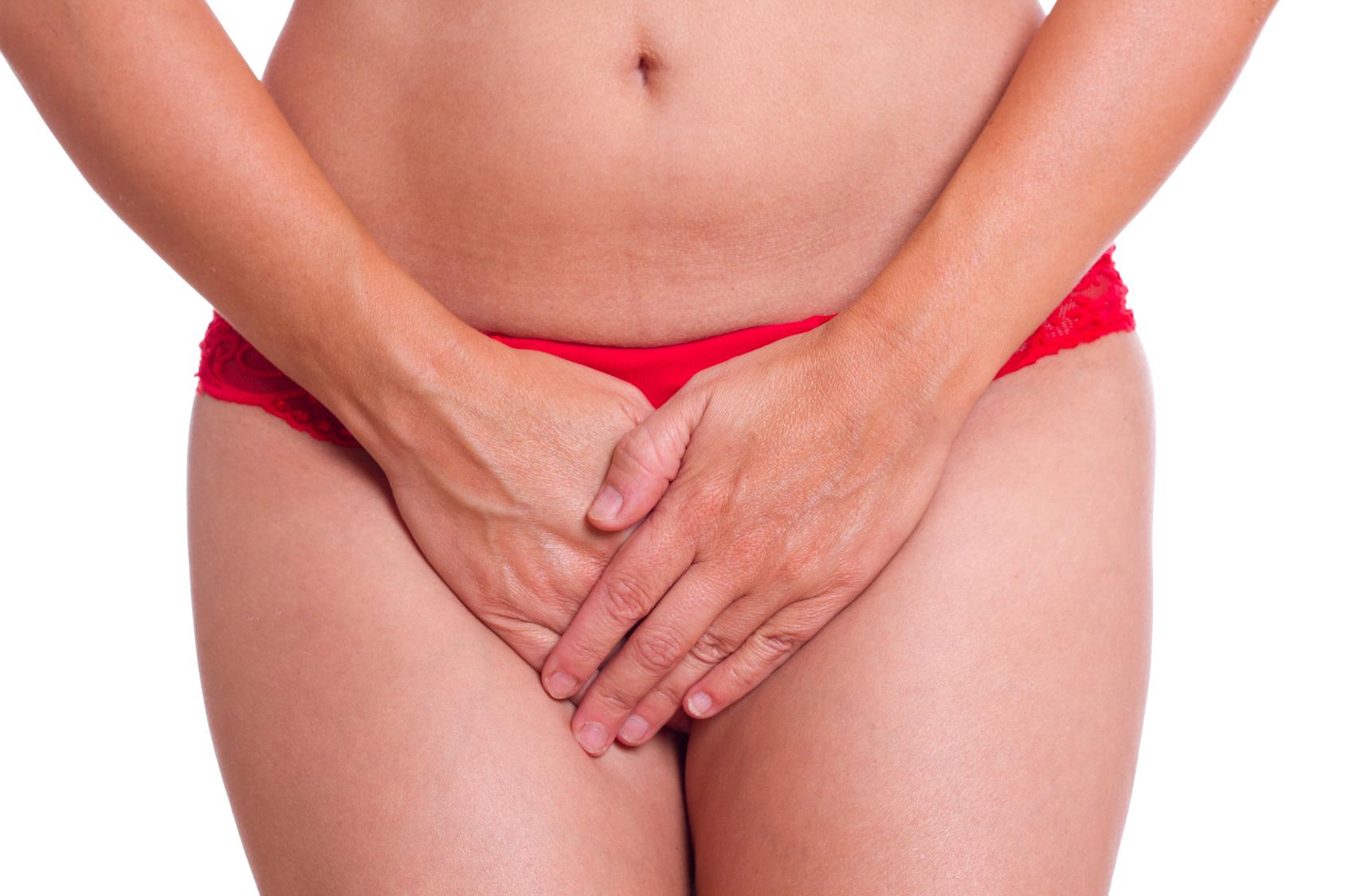 blasenschwaeche-harninkontinenz-frau-haelt-haende-vor-rote-unterhose